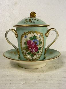 Porcelaine Paris - Elegantly decorated trembleuse cup