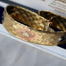Vintage bracelet with honey combined pattern, engraved with flowers, set with 2 safety locks.