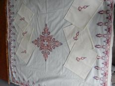 Beautiful and old large square tablecloth in pure very thick 100% cotton - light yellow - embroidery handmade in cross stitch and stem stitch - 6 large napkins - 1950 - France