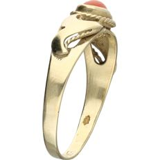14 kt. - Yellow gold ring set with an oval, cabochon cut precious coral - Ring size: 16.75 mm