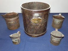 Lot with 5 antique, iron measuring cups