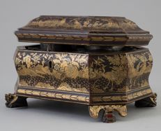 A Chinese lacquered box with unusual decor of birds,  Qing dynasty, mid 19th Century