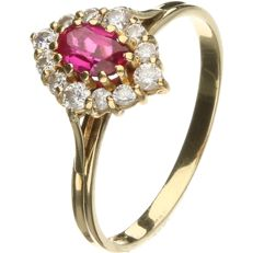 18 kt Yellow gold rosette ring set with ruby and zirconia. - Ring size: 18.5 mm