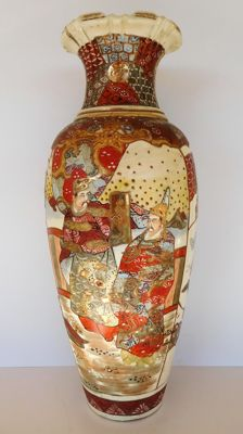 A large Kyoto Satsuma vase richly decorated with samurai - numbered - Japan - ca. 1920