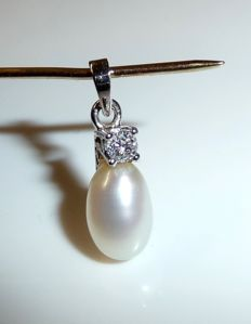 Pendant in 14 kt / 585 white gold by 'FS' Franz Scheuerle 1 diamond of 0.10 ct + 1 pearl * no reserve price*