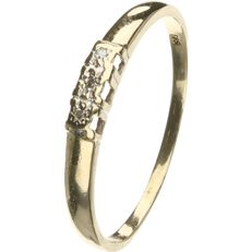14 kt Yellow gold ring set with 3 brilliant cut diamonds, approx. 0.0015 ct in total - ring size: 17.25 mm