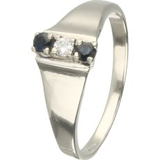 14 kt. - White gold ring set with 2 round,, brilliant cut sapphire and 1 round, brilliant cut diamond of 0.04 ct - Ring size: 17.5 mm