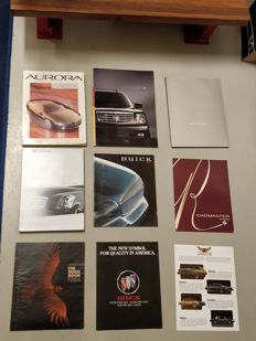 Amerikaanse auto's - 23x folders / persmappen / brochures - Cadillac, Buick, Ford, etc