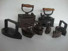 8 irons - 2 large metal iron with wooden handle ca 1900 and 1910, 2 cast-iron irons from ca 1910 and 4 mini cast-iron irons - in perfect condition