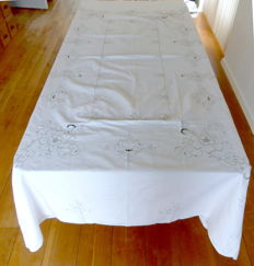 Banquet linen tablecloth (2.62 m x 1,72 m) with 12 napkins - hand made embroidery from Madeira Island