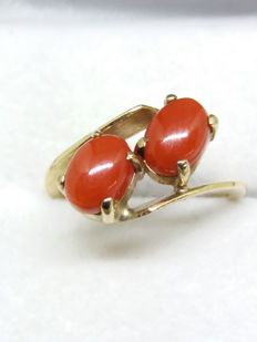 Antique & Original Gorgonia nobilis, old Mediterranean red coral in rich 14k gold twist band.