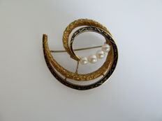 Brooch in gold, enamel and pearls