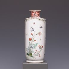 Beautiful Famille verte porcelain sleeve vase - decoration of flowers and insects - China - 18th century (Kangxi period)