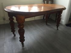 A Victorian mahogany extending dining table with six 19th century dinning chairs - English - circa 1860