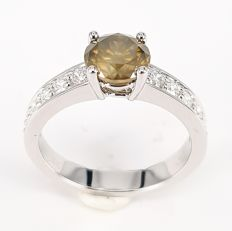 1.32 carats Champagne Colored Diamond Ring with 0.46 carats White Diamonds in 18 kt White Gold