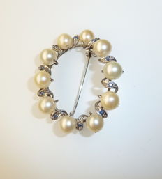 White gold brooch (18 kt) with pearls and blue sapphires