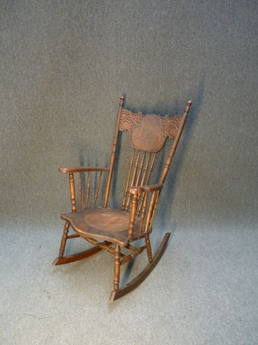 Antique oak rocking chair with a leather medallion - Antique Oak Rocking Chair With A Leather Medallion - Catawiki