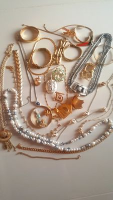 Vintage 30 pieces set of American Jewellery - all signed