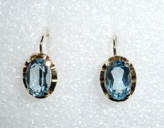 Antique earrings with hinged lever backs in 8 kt / 333 gold, aquamarine-coloured gemstone weighing approx. 4 ct