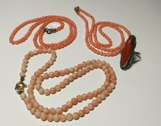Lot of three necklaces in angel skin-coloured Mediterranean coral, and an antique ring with red Sardinian coral.