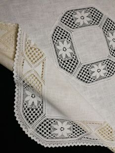 Original vintage raw linen tablecloth in shabby chic style with lace, measuring 95 x 95 cm, Italian craftsmanship