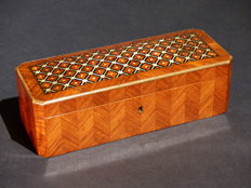 Gloves box in satin marquetry wood - Mother of pearl and brass - France - 19th century