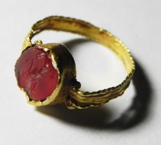 Ancient Egypt. Roman Period Gold Ring W/ carnelian Intaglio - 18 x 18 mm