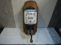Old Coffee Grinder, very good condition, from the 1950's