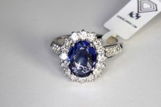 18 kt White Gold Ring with * 3.50 Blue Sapphire and * 0.90 ct in total of diamonds