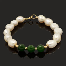 18k/750 yellow gold bracelet with baroque pearls and green jade – Length 18 cm.