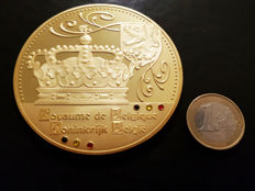 "Belgium - Large-sized medal ""Royal Crowns of Europe"" - Cu gold-plated with Swarovski - 70 mm!"