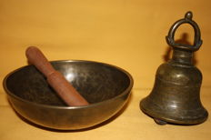 "Lot with a temple bell and an antique bowl (""Singing bowl""), bronze - Nepal - 19th century and first half of the 20th century"