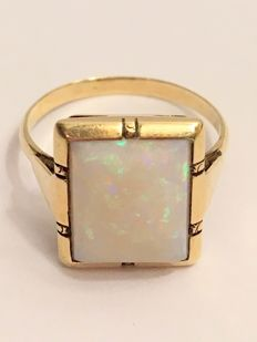 Antique 14 kt gold ring with 4.02 ct milk opal - 1970 - No reserve!