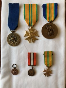 Set of large model and small model medals
