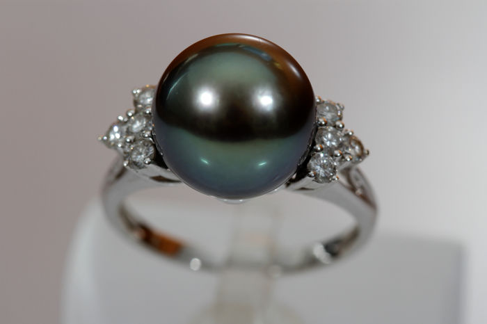 White gold ring with grey Tahitian pearl and diamonds