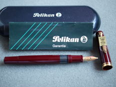 Pelikan M250 fountain pen - Red - 14k solid gold nib (OBB) - New and unused with box, papers and pricetag