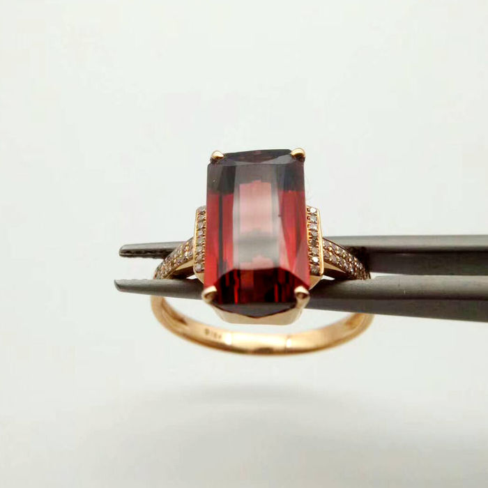18 KT gold Ring 3.09G set with 4.4ct Garnet and Diamonds - Size: 6.75US - Free Resizing