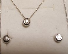 Set in 18 kt white gold made up of lobe earrings and point of light chain, 0.12 ct