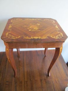 Reuge - music table with music box - circa 1950 - Italy - Sorrento style marquetry