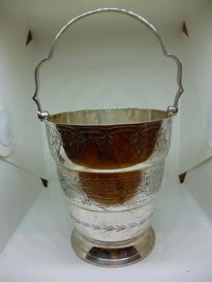 Ice bucket with handle, embossed floral engravings in English silver plating marked EPNS English period: 1900-1940