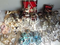 Nice collection of jewellery of silver, gemstone, freshwater pearls etc. - more than 200 pieces