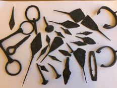 Lot of 28 Medieval arrowheads with one different - 40-260 mm (28)