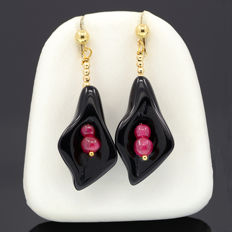 18k/750 yellow gold earrings with lily-shaped onyx and rubies - Earrings size: 43 mm. x 15 mm.