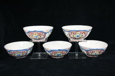 Koninklijke Tichelaar Makkum - Set with five identical multicoloured cabinet bowls (1940 – 1960)