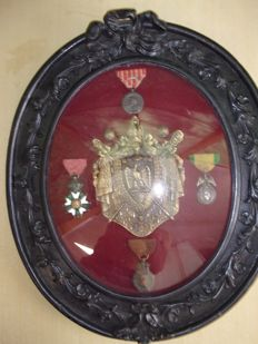 Nice frame of Napoleon 3 with 4 decoration, plate of officer of the guides, 2 buttons