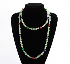 Long necklace of aquamarine decorated with rubies, emeralds and polished sapphires - 580 ct - 120 cm