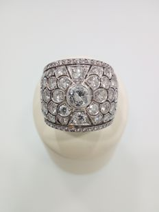 18 kt white gold ring with diamonds totalling approx. 2.65 ct.