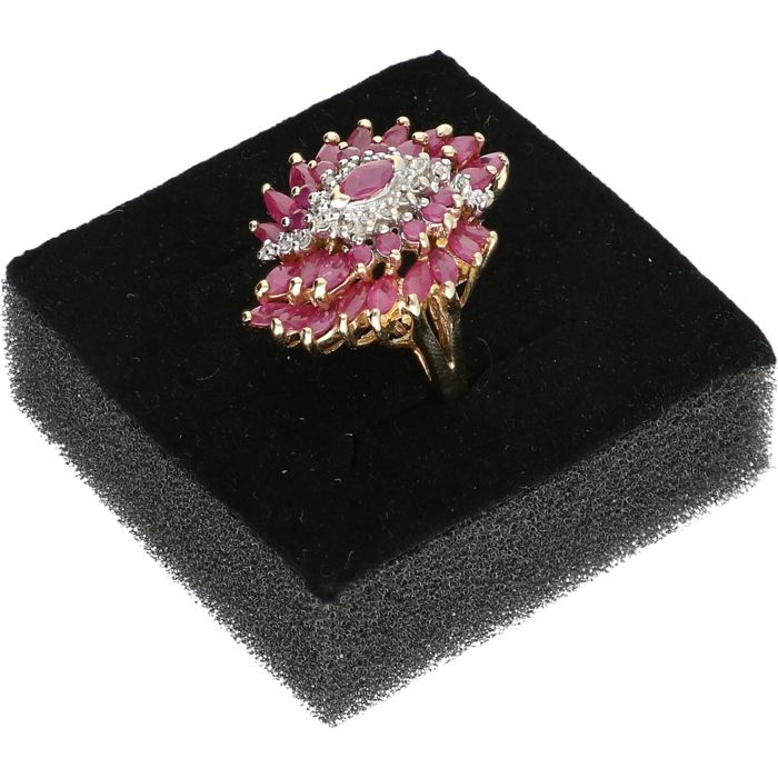 14 kt - Yellow gold ring set wit ruby and 14 brilliant cut diamonds of approx. 0.07 ct in total - Ring size: 16.5 mm
