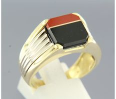18 kt bi-colour gold men's ring set with an onyx and coral, ring size 20 (62)