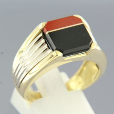 18 kt bi-colour goldmen's ring set with onyx and coral
